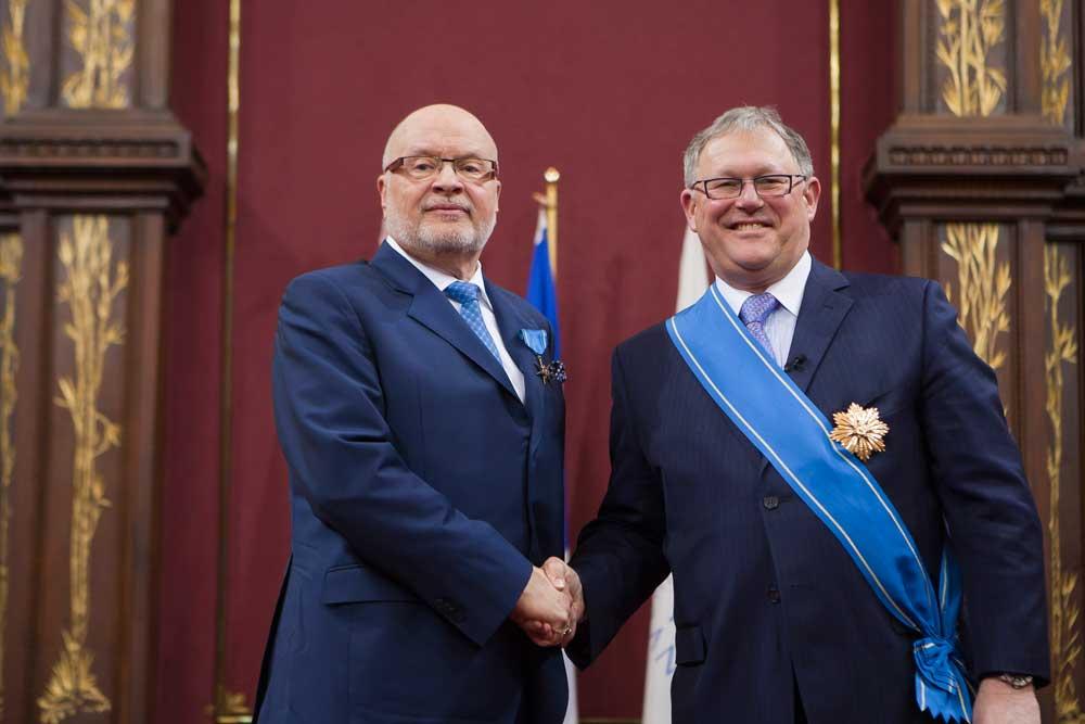 Le député de Laval-des-Rapides, M Saul Polo, félicite M. Germain Lafrenière pour l'obtention du titre de Chevalier de l'Ordre de la Pléiade