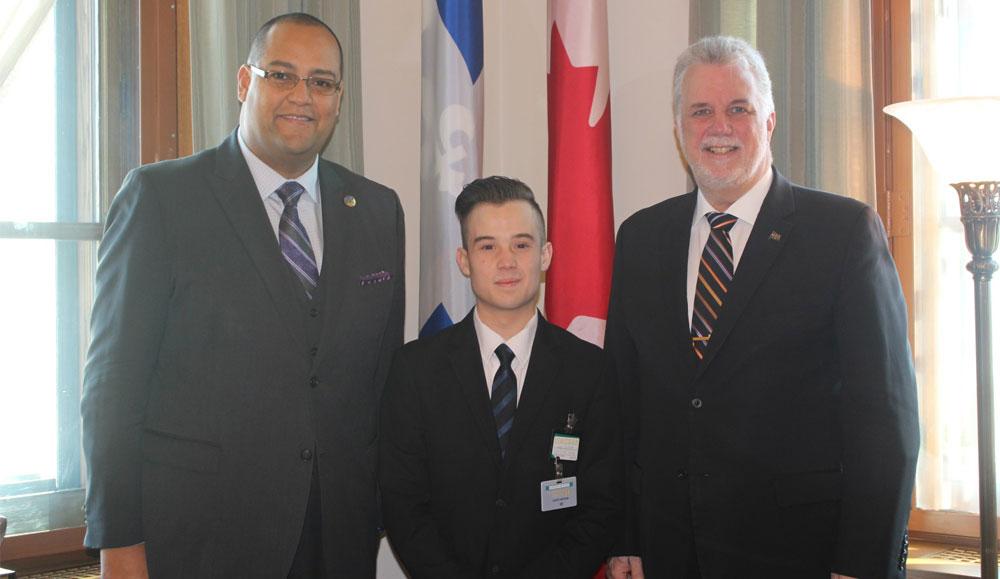 Un étudiant en stage pour une journée à l'Assemblée nationale du Québec
