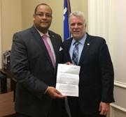 Le député de Laval-des-Rapides remet la lettre de revendication du SPGQ au premier ministre et au président du Conseil du trésor